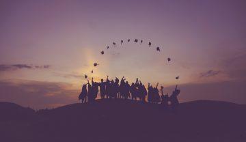 étudiants diplômés heureux